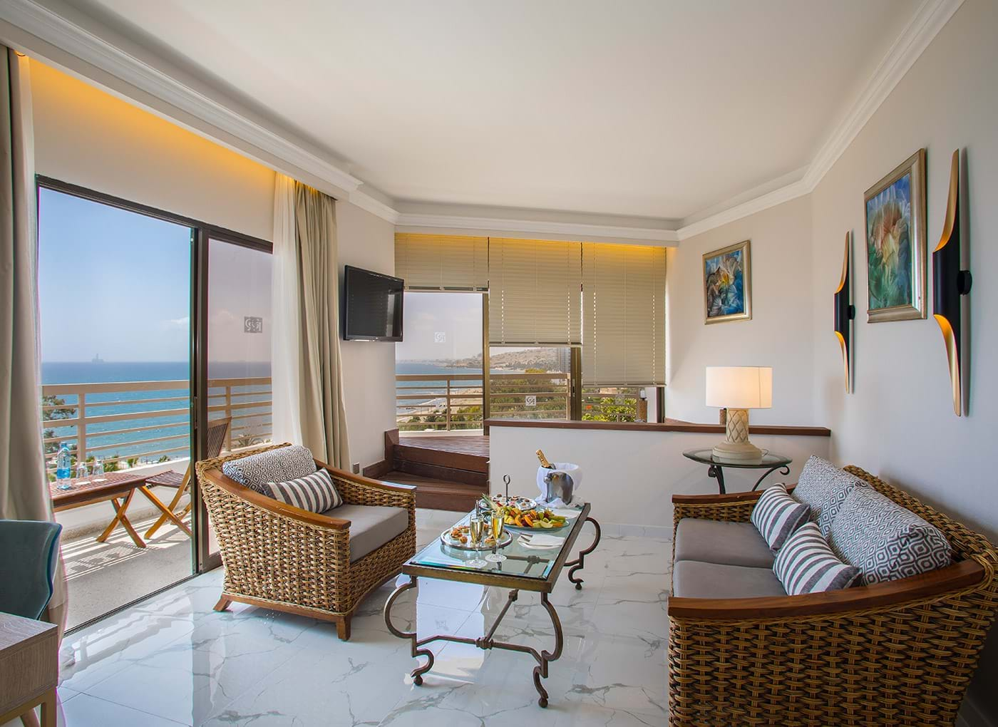 Executive Suite Sea View with Window Jacuzzi 2